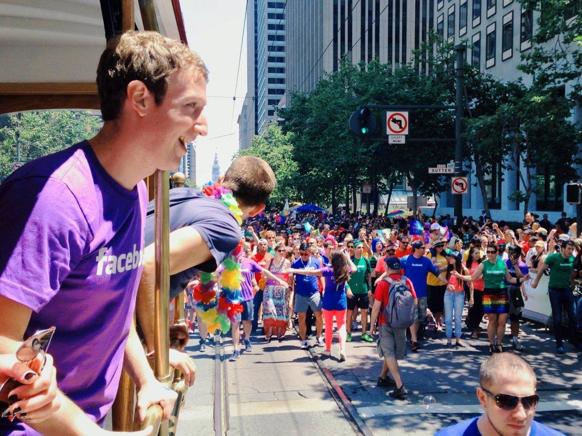 Mark Zuckerberg e il team di Facebook sfilano al Gay Pride di San Francisco