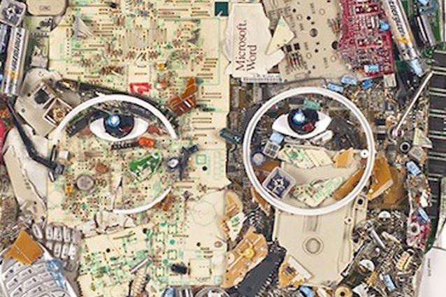 Un ritratto di Steve Jobs realizzato con i rifiuti elettronici [FOTO]