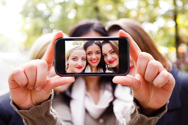 Le persone che scattano selfie sono più estroverse e coscienziose