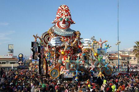 A Viareggio tra i rioni della città nella settimana di Carnevale