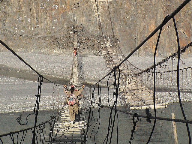 Viste mozzafiato e brividi freddi sugli spettacolari ponti sospesi