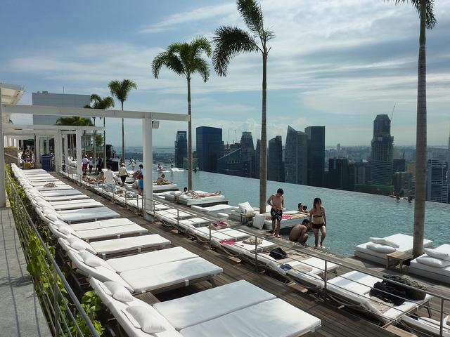 Grattacieli del mondo e le loro attrazioni da brivido - Albergo a singapore con piscina sul tetto ...