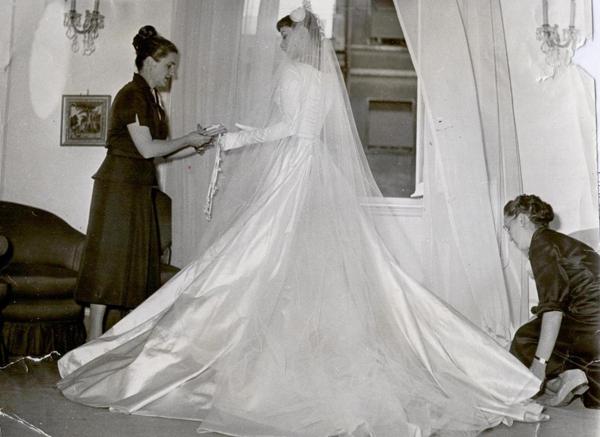le sorella fontana cuciono un abito per audrey hepburn