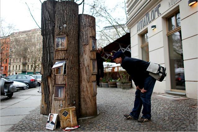 Berlino, gli alberi diventano distributori di libri gratuiti