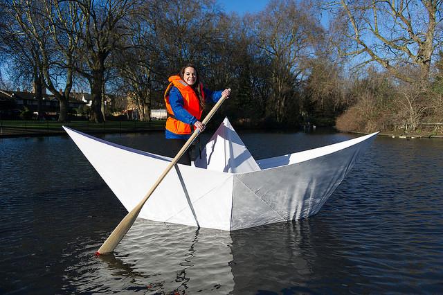 Londra, ecco la prima barca di carta che trasporta persone sull'acqua