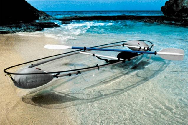 Una canoa trasparente per ammirare le profondità marine