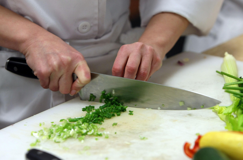 Ecco come sostituire i costosi utensili da cucina con oggetti di uso quotidiano