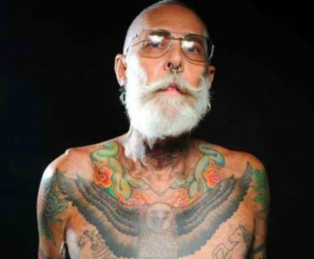 Ecco come appariranno da vecchi i giovani che si sono tatuati (FOTO)
