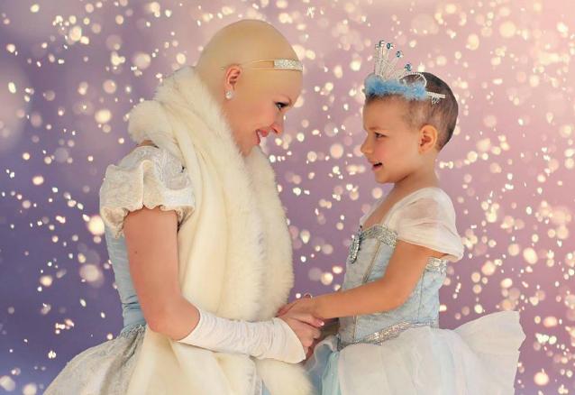 Cenerentola perde i capelli e dona la felicità ad una bimba malata di cancro (FOTO)