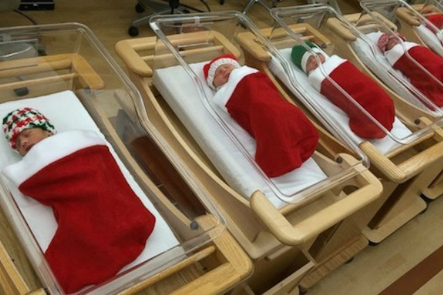 Adorabili in rosso, ecco i bimbi nati a Natale (FOTO)