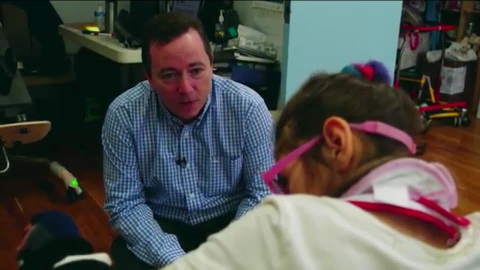 Sarah ha un trauma cerebrale, il papà apre una scuola per bimbi come lei (VIDEO)