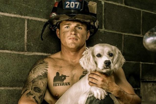 Pompieri muscolosi e cuccioli: ecco il calendario più sexy dell'anno (FOTO)