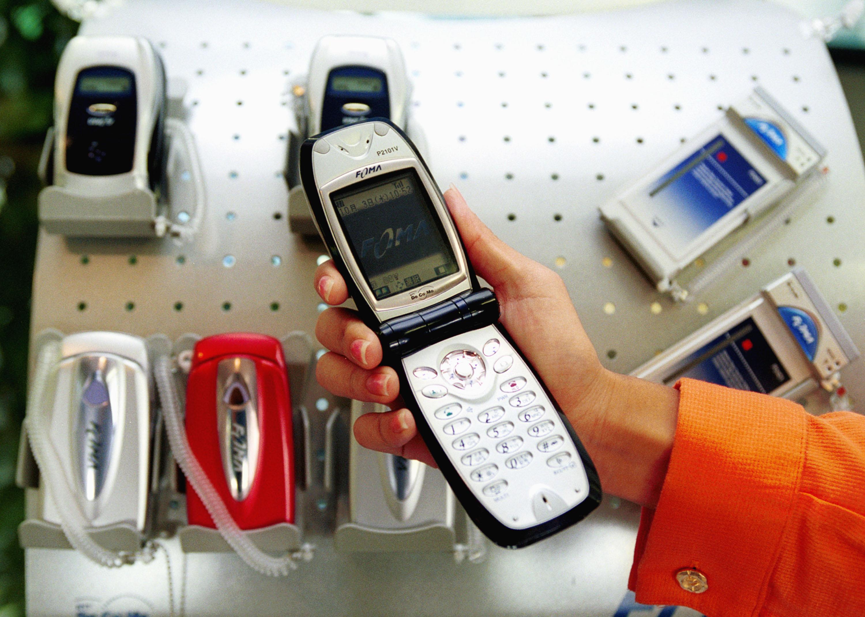 Ritornano di moda i flip phone anni '90