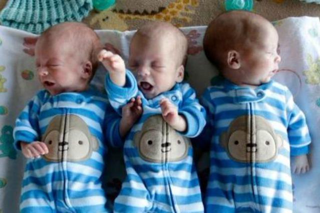 Dà alla luce 3 gemellini identici: capita solo una volta su un milione