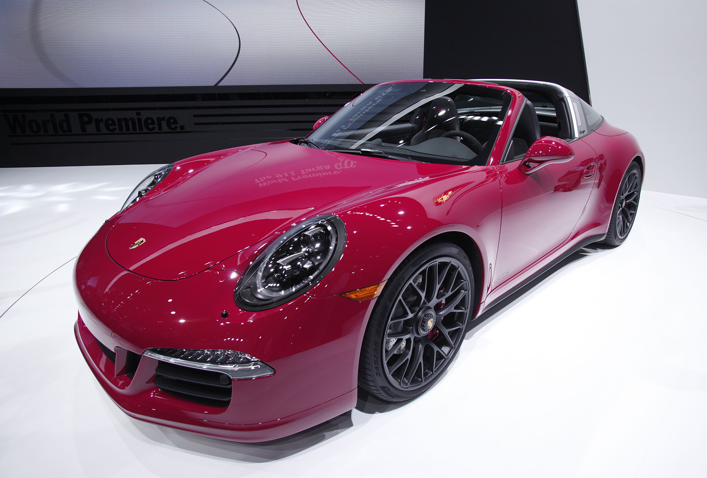 Il marito la tradisce da 25 anni e lei si vendica vendendo la sua Porsche