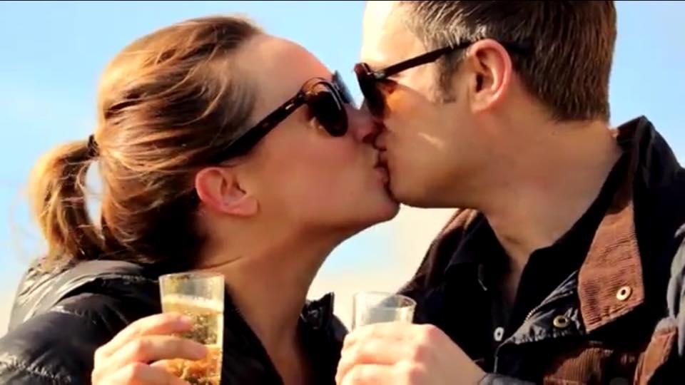 Chiede aiuto a Bono degli U2 e realizza una proposta di matrimonio incredibile (VIDEO)