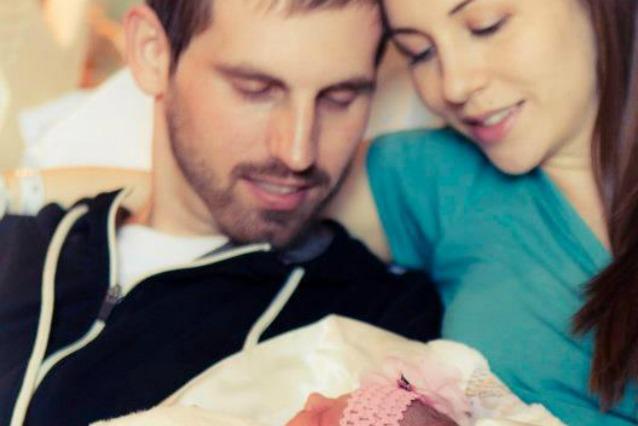 Il commovente video di un padre morente per la figlia appena nata