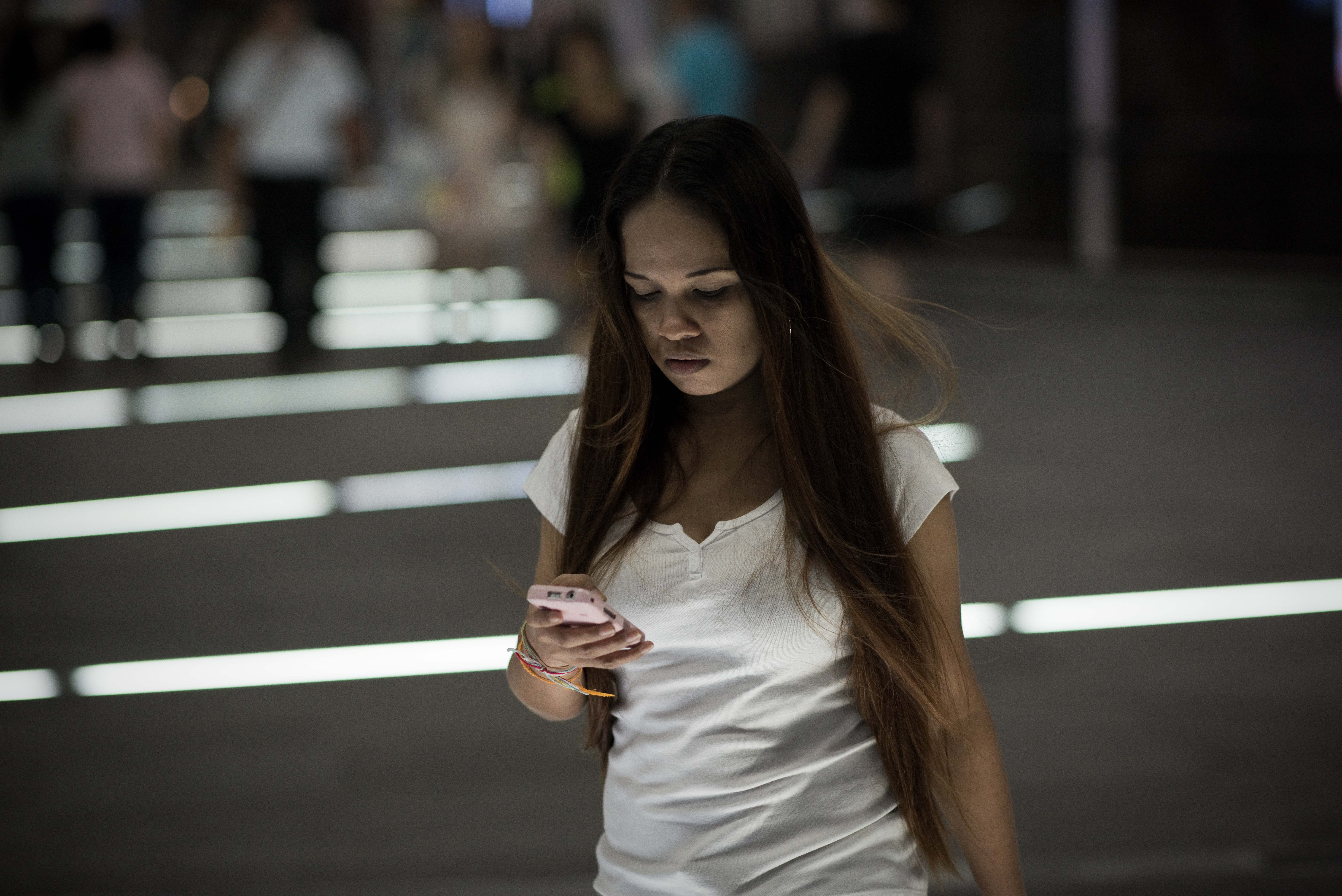 Arriva il fidanzato invisibile: assicura sms e coccole per tutta la giornata