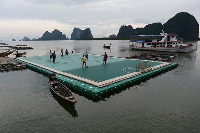 Il campo di calcetto galleggiante: goleador in un angolo di paradiso (FOTO)
