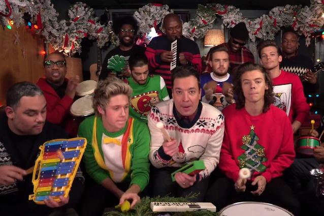 I One Direction festeggiano Natale con strumenti giocattolo e maglioni orrendi (VIDEO)