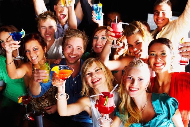 Giovani e alcol, chi inizia a bere con gli amici si ubriaca di più