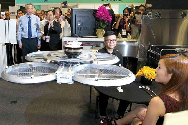 Il robot volante che porta le ordinazioni ai tavoli del ristorante [VIDEO]