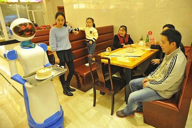 Un ristorante in Cina ha sostituito i camerieri con i robot [VIDEO]